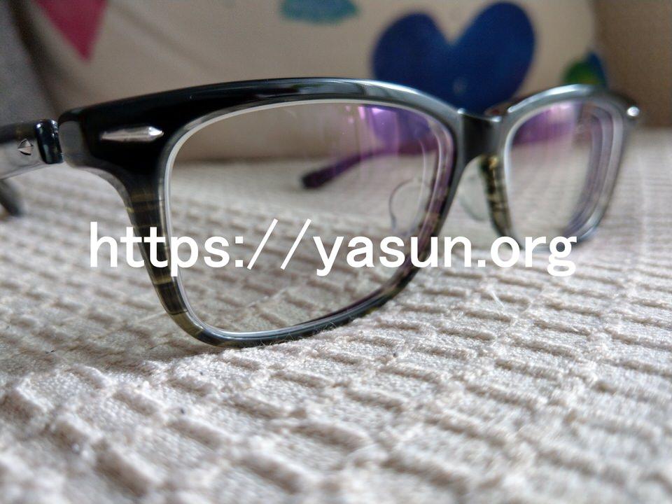 ブルーライトカットのメガネを使用